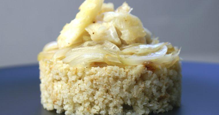 Arroz de coliflor con bacalao y cebolla