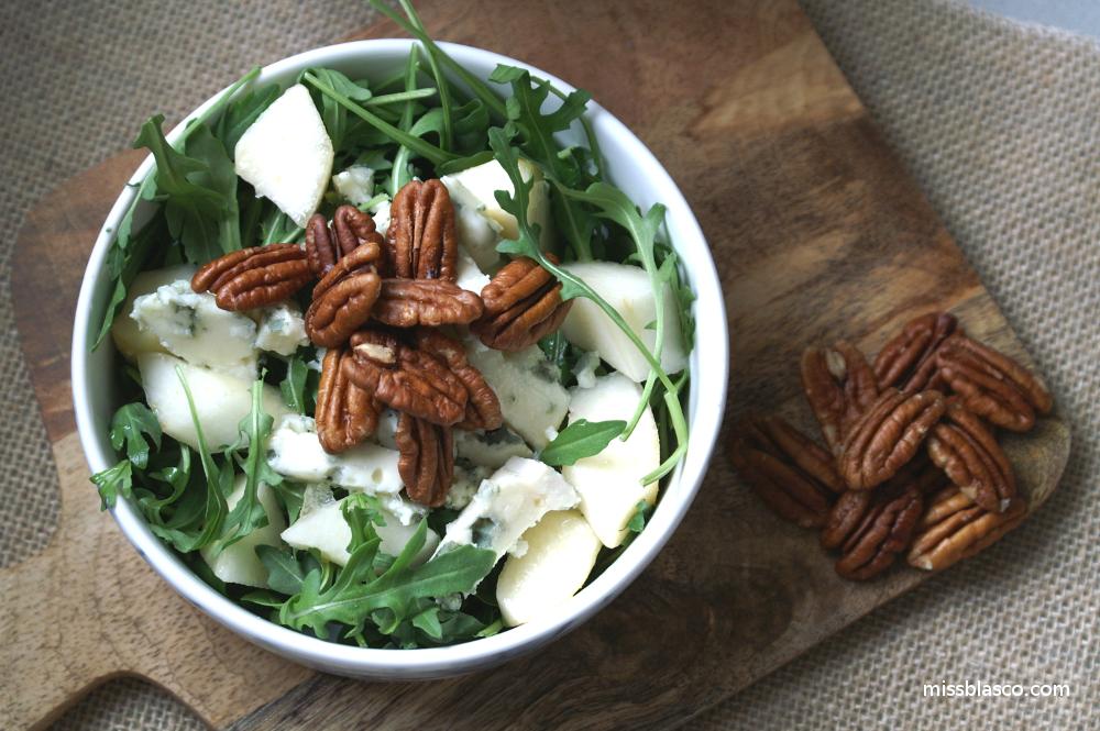 Ensalada de pera, roquefort y nueces pecanas