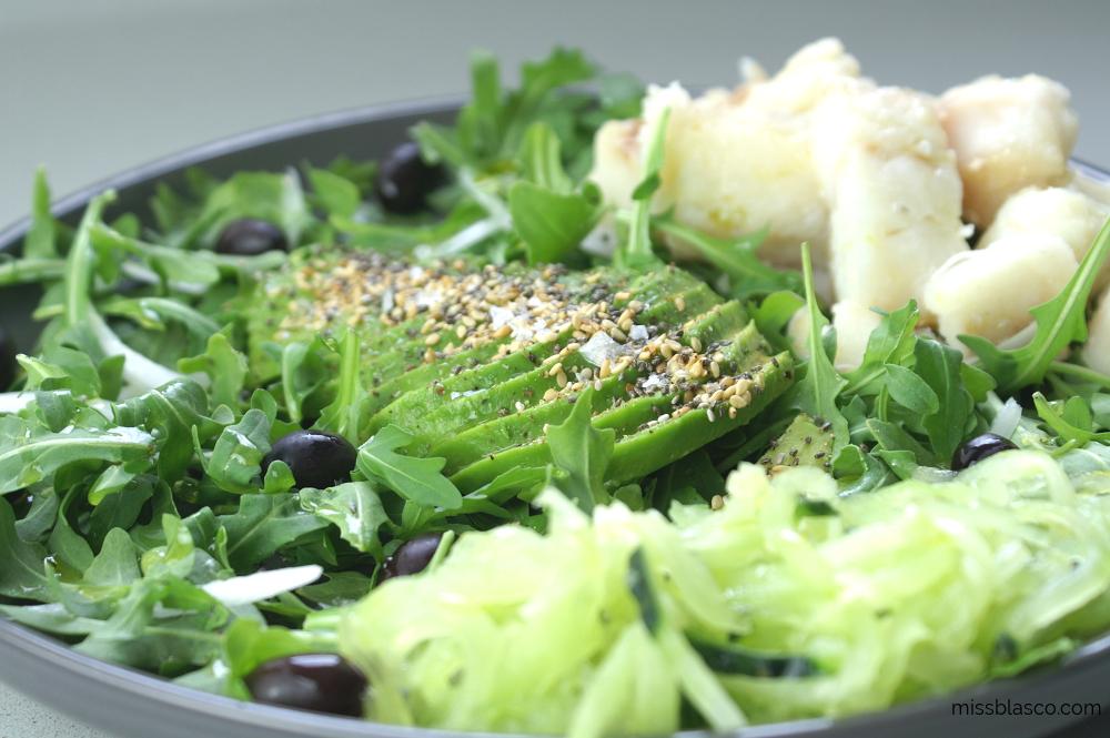 ensalada rúcula aguacate y bacalao