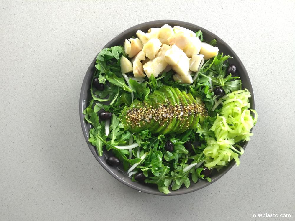 ensalada de rúcula aguacate y bacalao