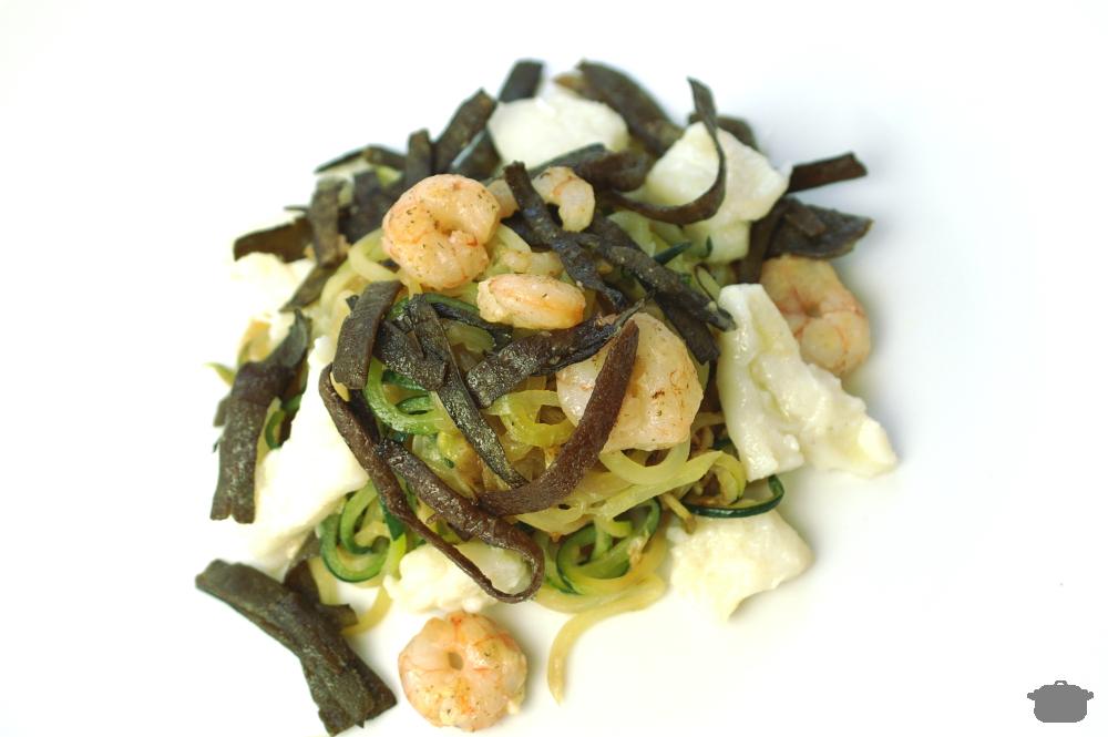 Espagueti de calabacín (zoodles) con algas