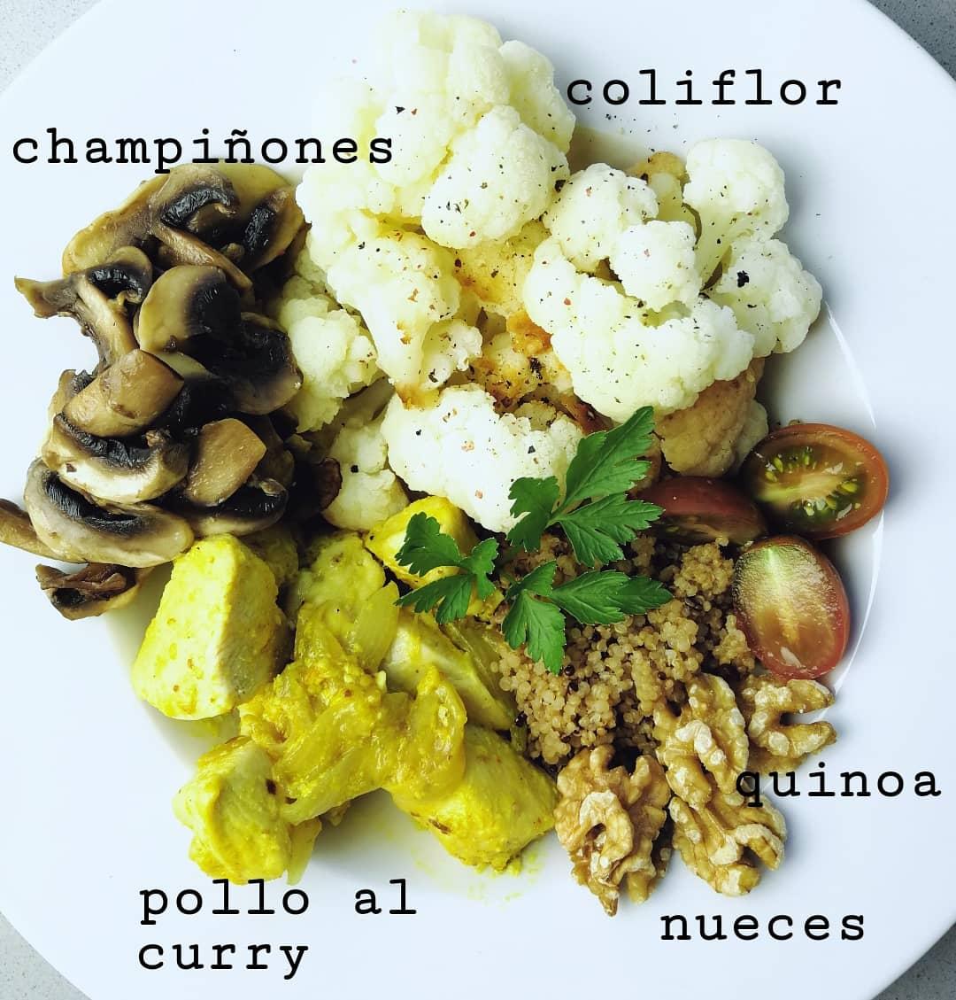 Plato sano de pollo al curry con quinoa y coliflor