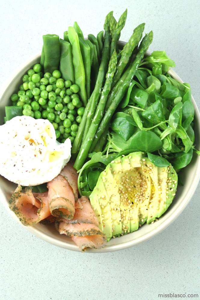plato sano de vegetales, salmón y huevo escalfado