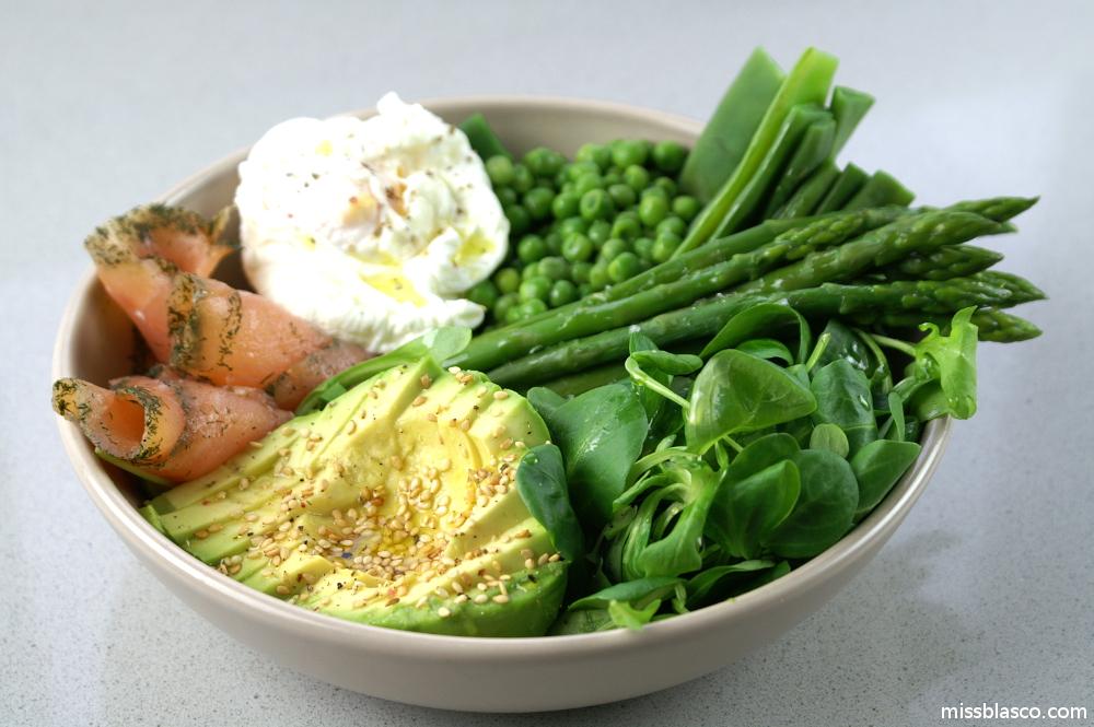Plato sano con vegetales, salmón y huevo escalfado