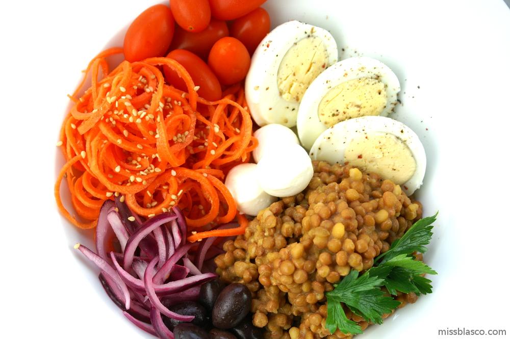 Bol de lentejas, hortalizas y huevo