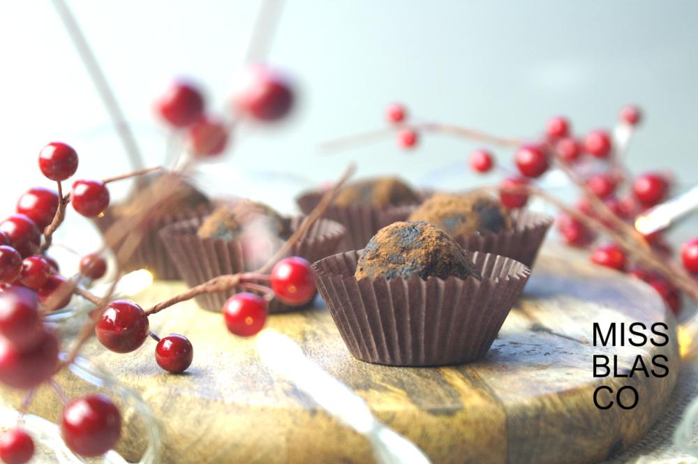 Trufas de cacao y mantequilla de almendras saludables.
