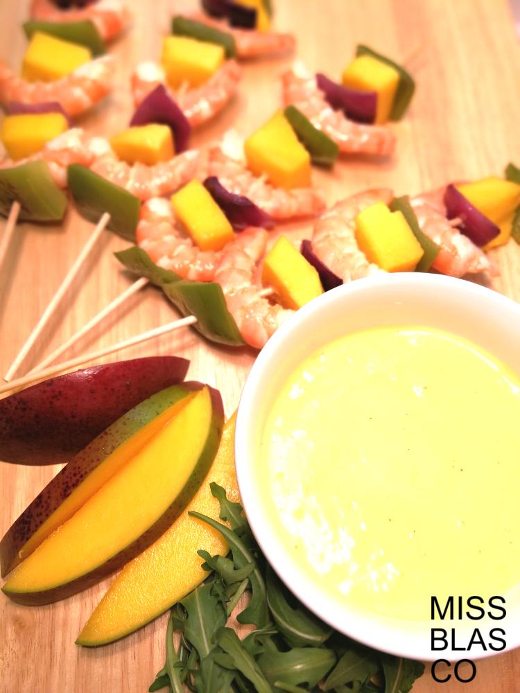 brochetas de langostinos y mango