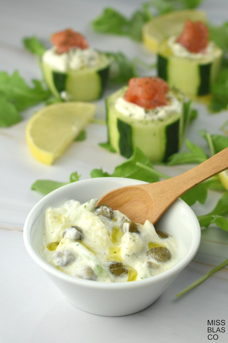 bocados de pepino y salsa de yogur
