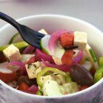 ensalada griega con tenedor