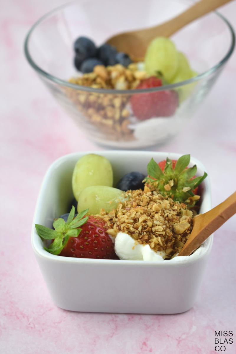 granola sin azúcar con yogur y fruta