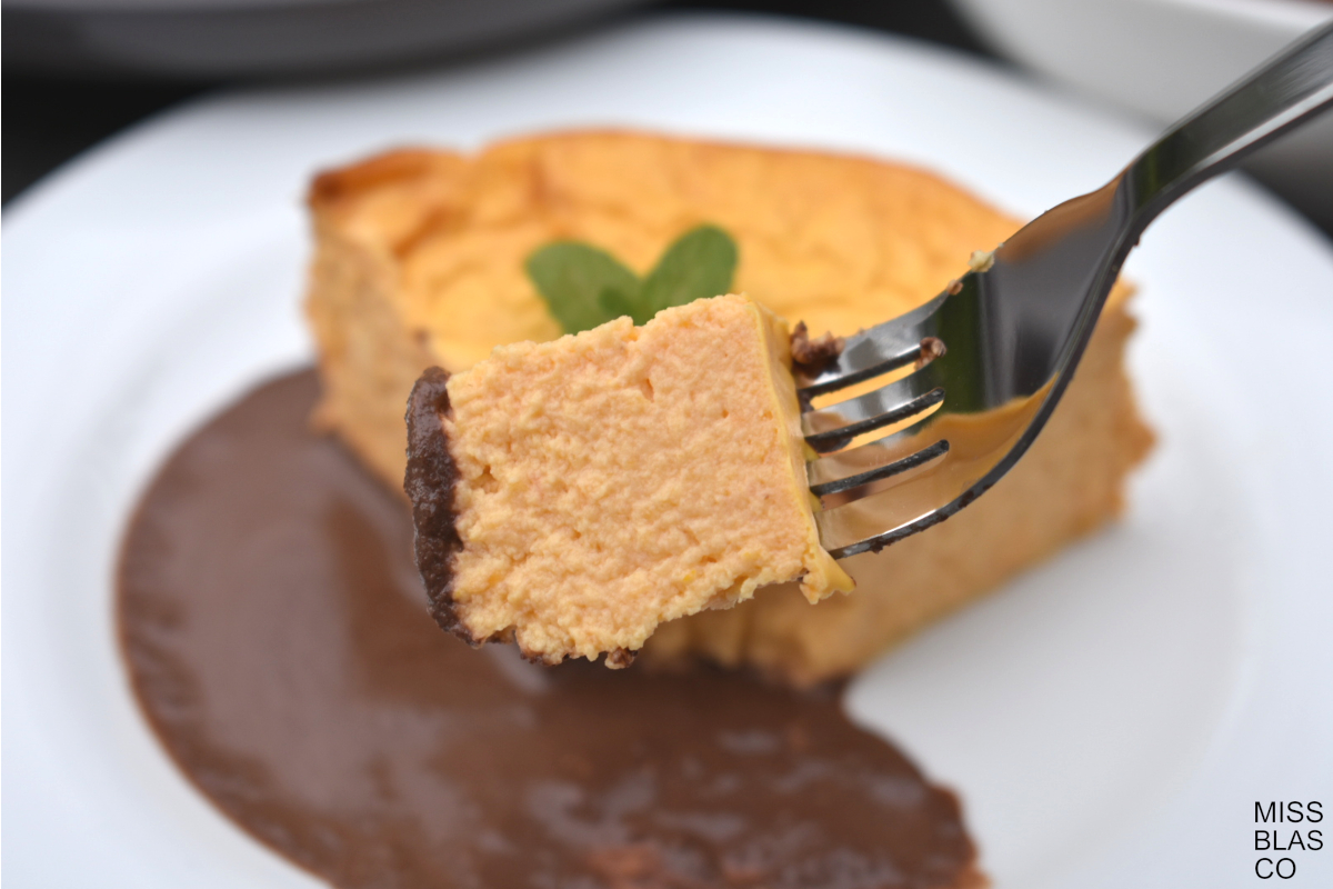 cheesecake de calabaza con salsa de chocolate