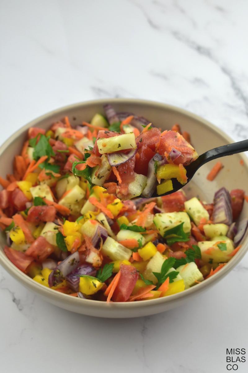 ensalada de colores con tenedor negro
